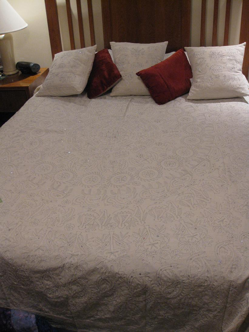 My mom got us an early Crimmas present of this bedspread & 3 matching pillows from Artefacto. Very fun!